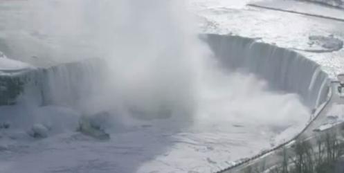 Buz tutan Niagara Şelalesi'ne ilk kez tırmanan dağcı